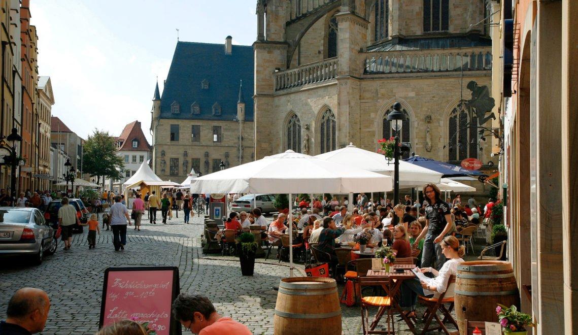 Gleich hinter dem Dom treffen sich samstags die Osnabrücker zum Markt © Roger Witte
