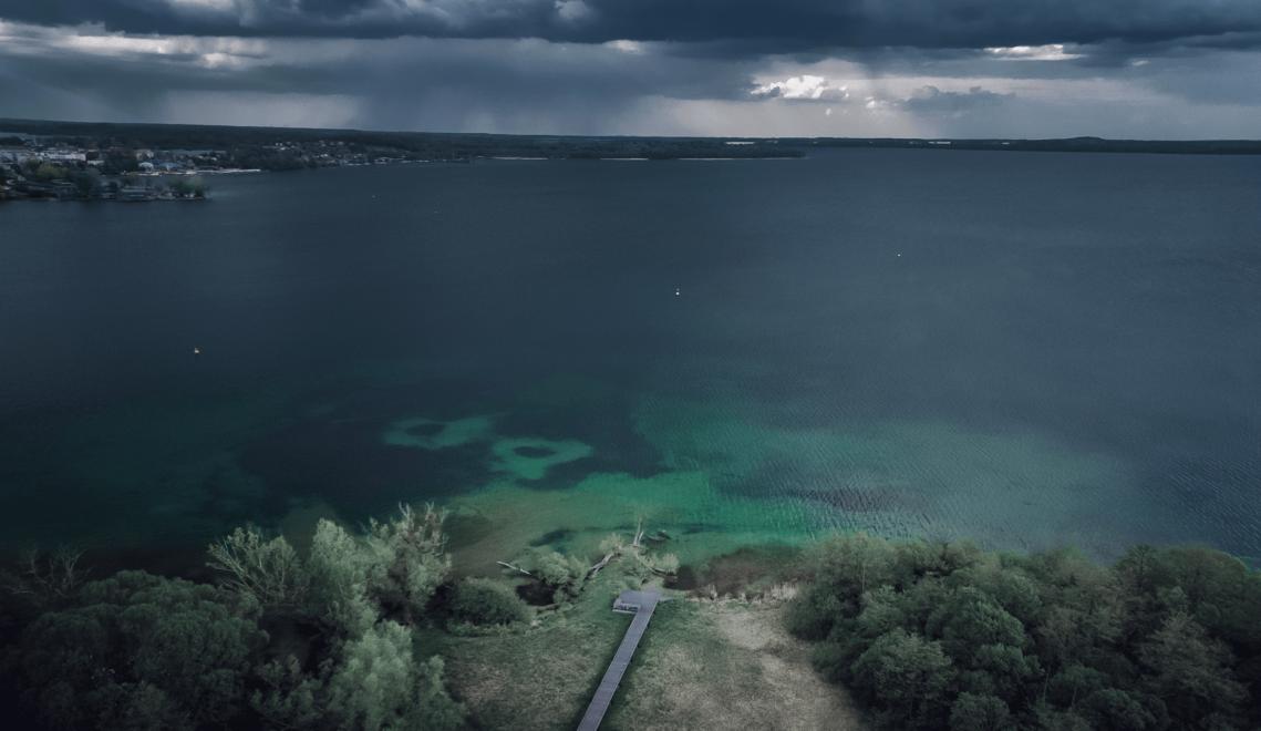 Vor allem bei aufziehenden Regenwolken erinnert der Blick von Adebörs Näs auf den Schweriner Innensee an Gemälde der deutschen Romantiker © Tobias Tro