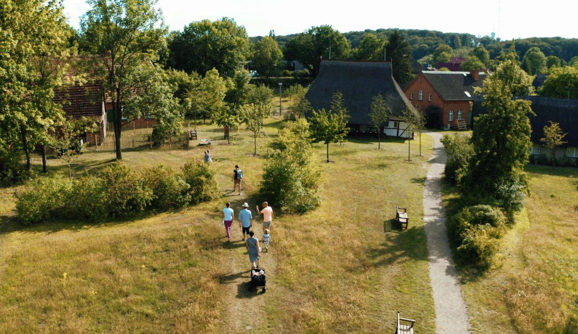 Vergangenheit spüren bei einem Rundgang durch das Freilichtmuseum Mueß © Luftbildcrew Hamburg