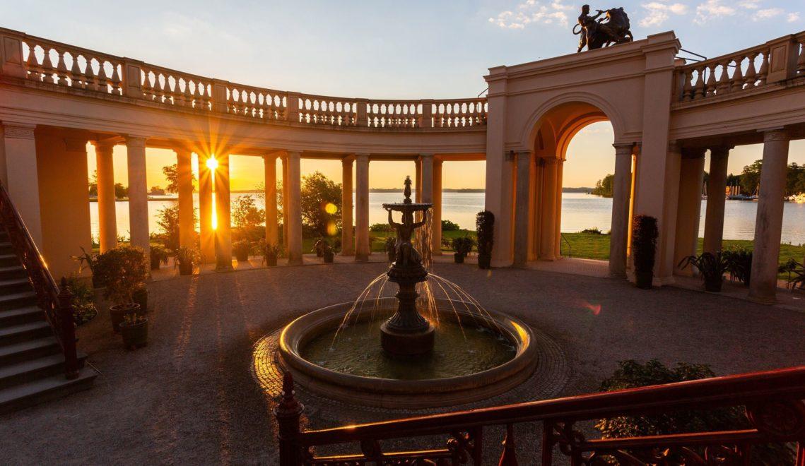 Bei Sonnenaufgang ist der Brunnen in Schlossgarten besonders schön © Rex Schober