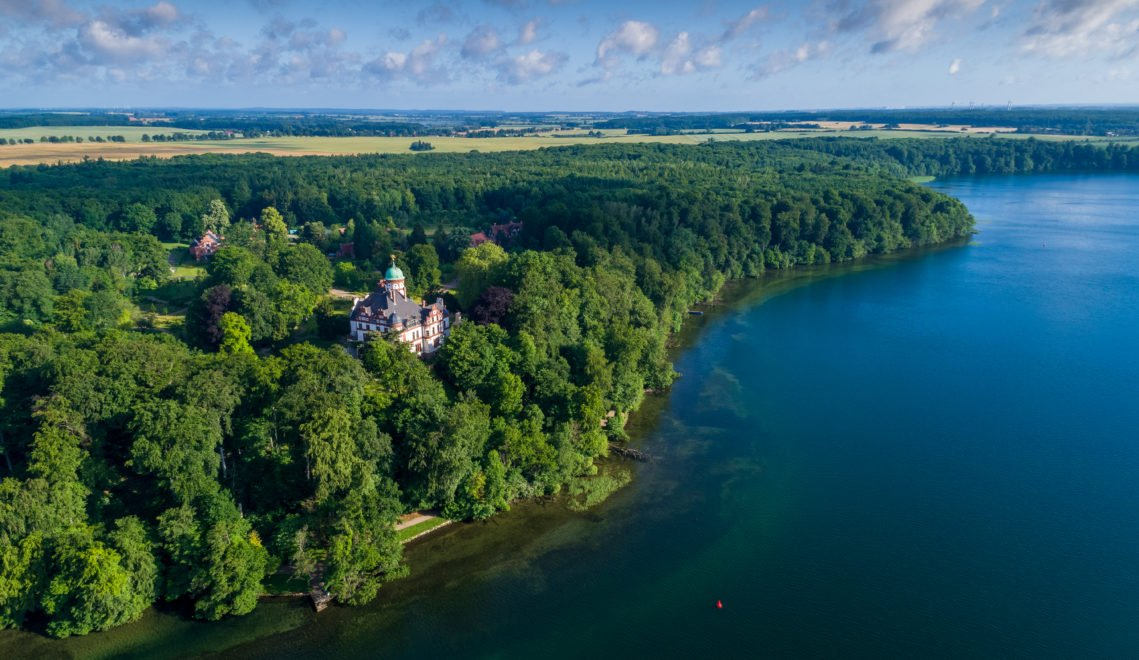 Umgeben von Wald und unweit des Schweriner Sees liegt Schloss Wiligrad © Staatliche Schlösser, Gärten und Kunstsammlungen