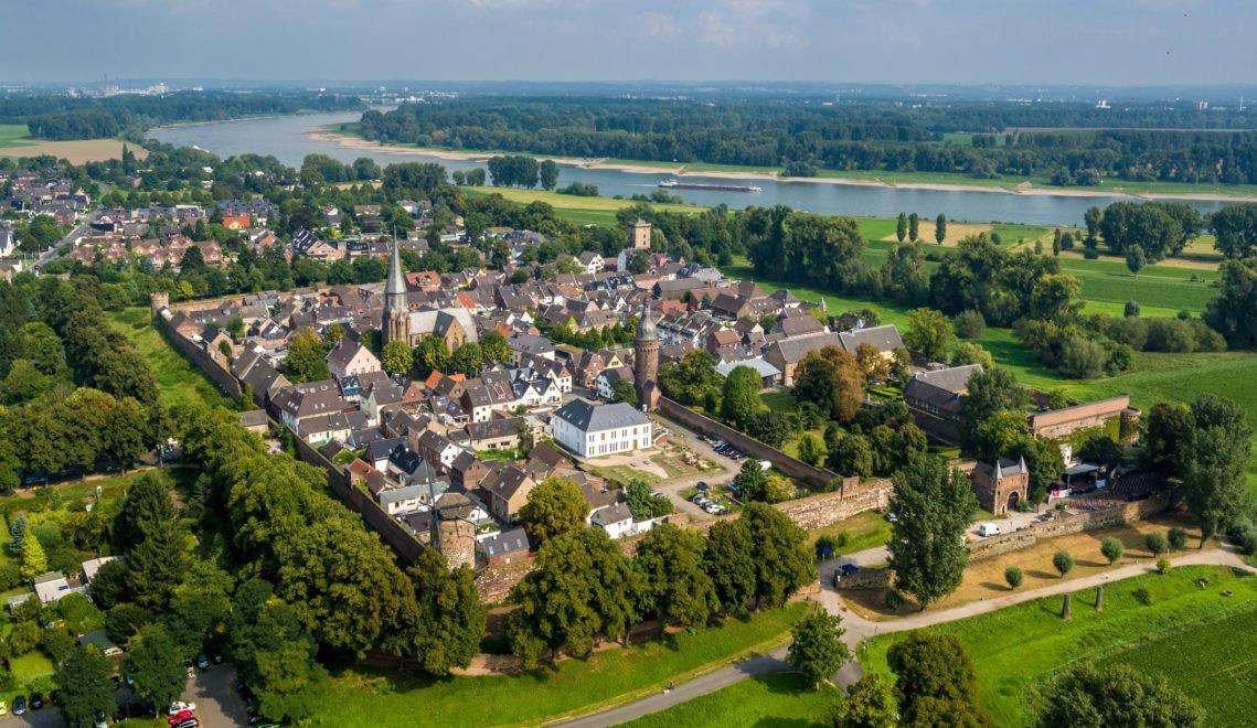 Die mittelalterliche Stadt Zons von oben