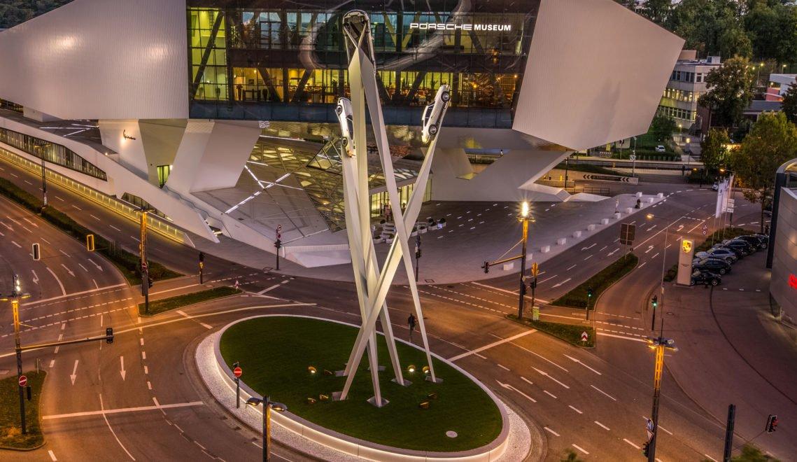Das Porsche Museum in Stuttgart bei Nacht
