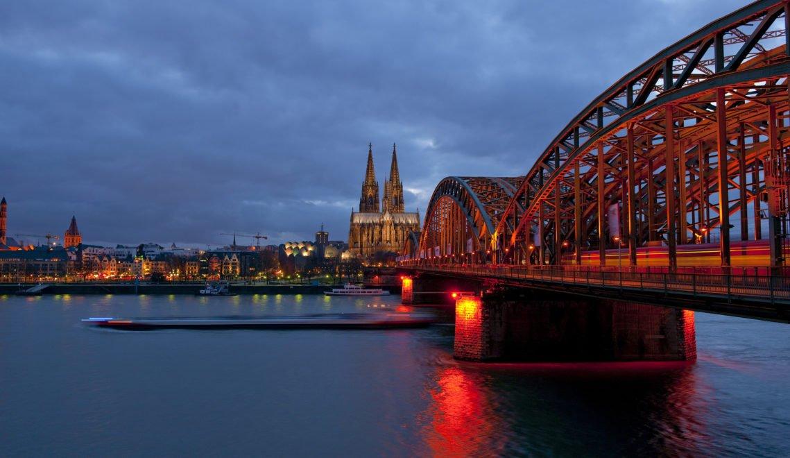 Die Hohenzollernbrücke in Köln bei Nacht