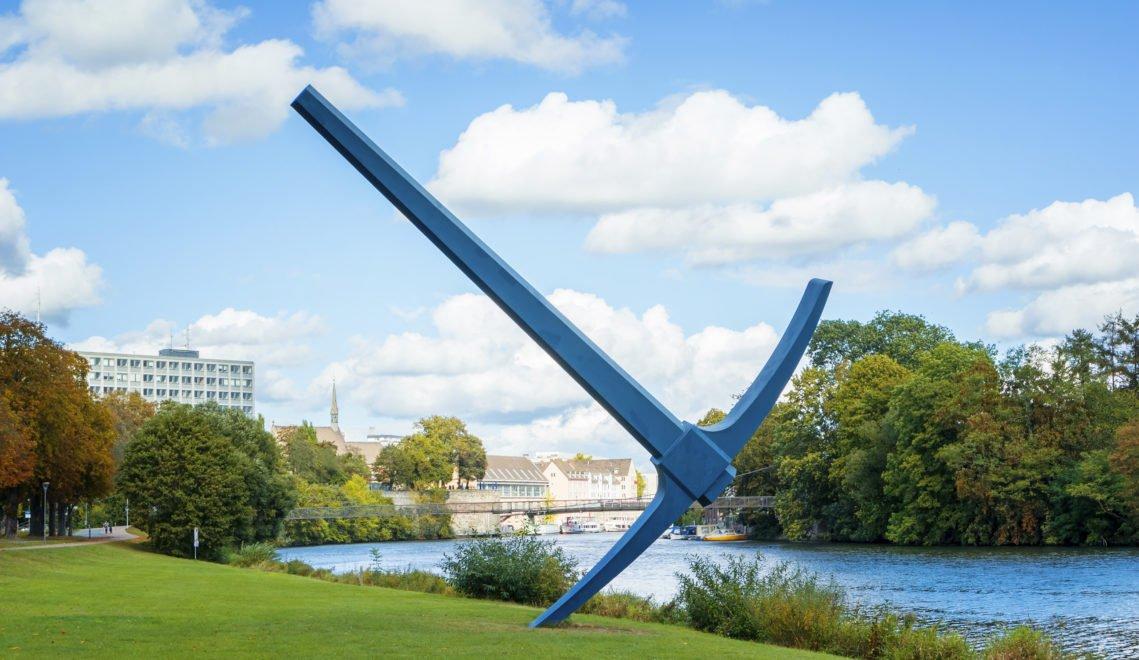 Scheint auf den ersten Blick etwas groß geraten – Kunstwerk der documenta am Ufer der Fulda