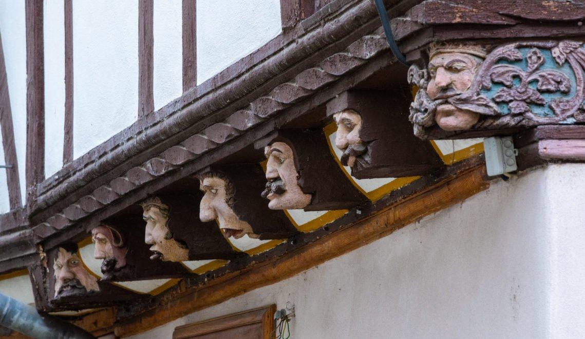 Die sieben geschnitzten Holzköpfe an der Fassade gaben dem Fachwerkhaus seinen Namen