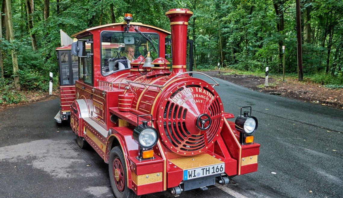Ideal für eine erste Erkundungsfahrt durch Wiesbaden – die kleine Touristikbahn THermine