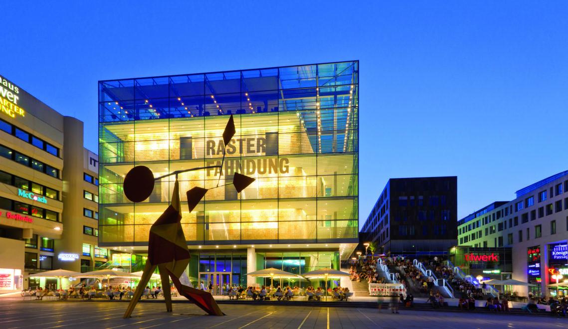 Das Kunstmuseum bei Nacht – Königstraße, Schlossplatz in Stuttgart