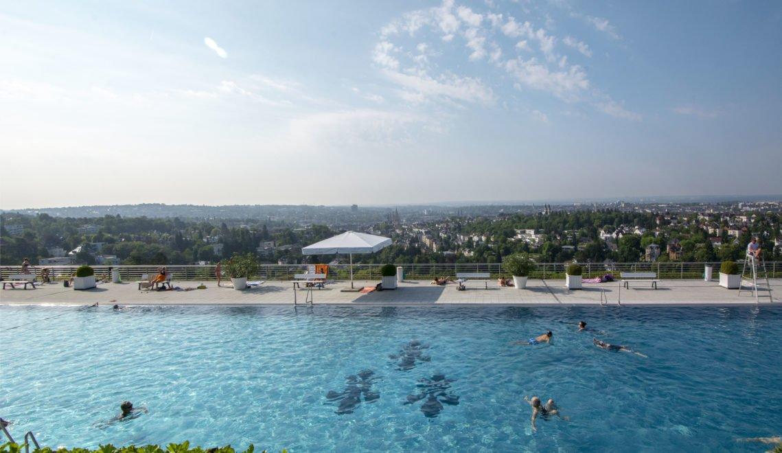 Schwimmen mit Aussicht – das Opelbad liegt hoch oben auf dem Neroberg