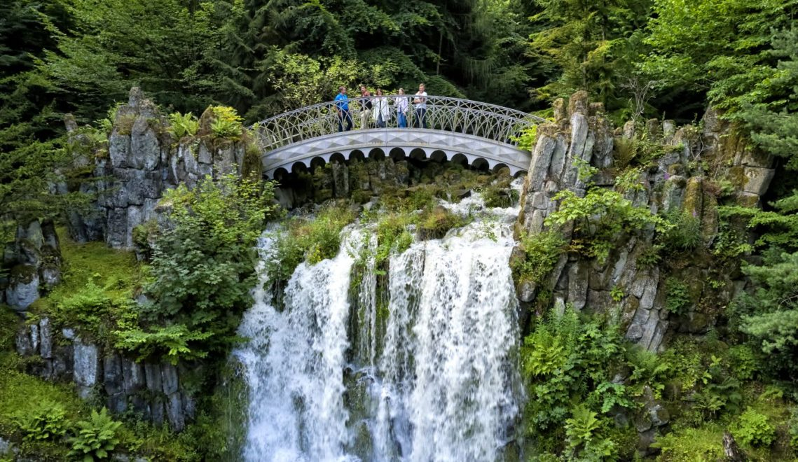 Teil der Wasserspiele – die Teufelsbrücke mit dem 10 Meter darunter liegenden Höllenteich