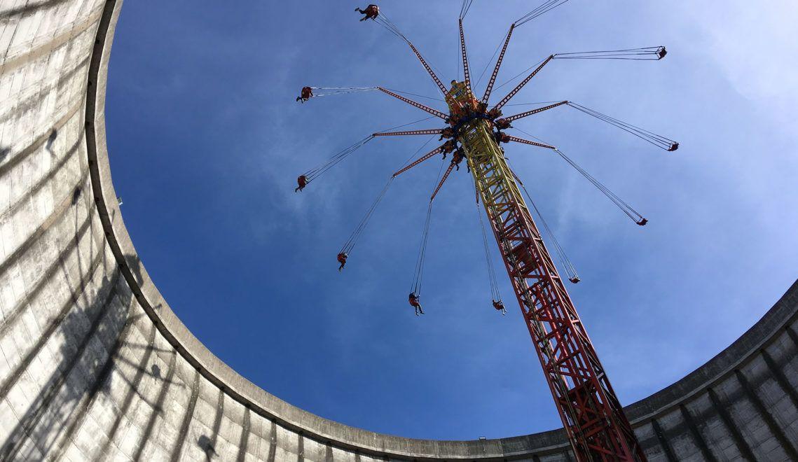 Das das 58 Meter hohe Kettenkarussell Vertical Swing wurde mitten im alten Kühlturm errichtet