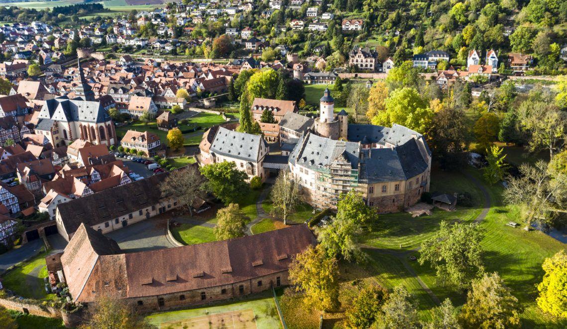 Das runde Schloss Büdingen liegt am Rande des gleichnamigen Ortes in der Wetterau