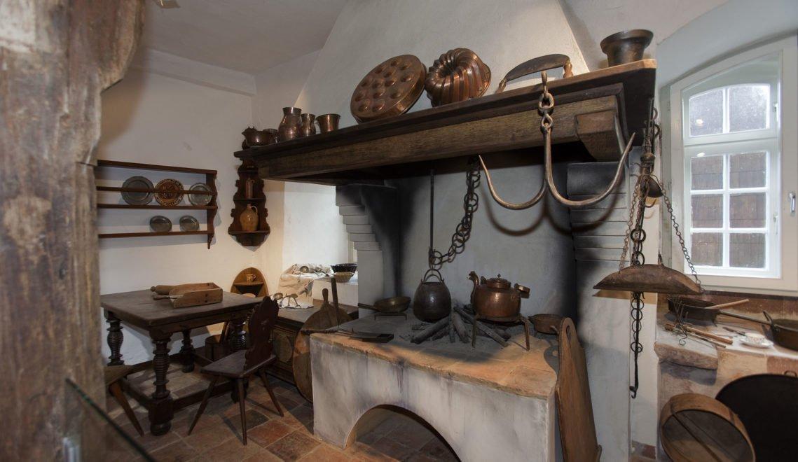 Wie die Familie Grimm in Haus und Küche wirtschaftete, das wird im Brüder-Grimm-Haus ebenfalls erzählt