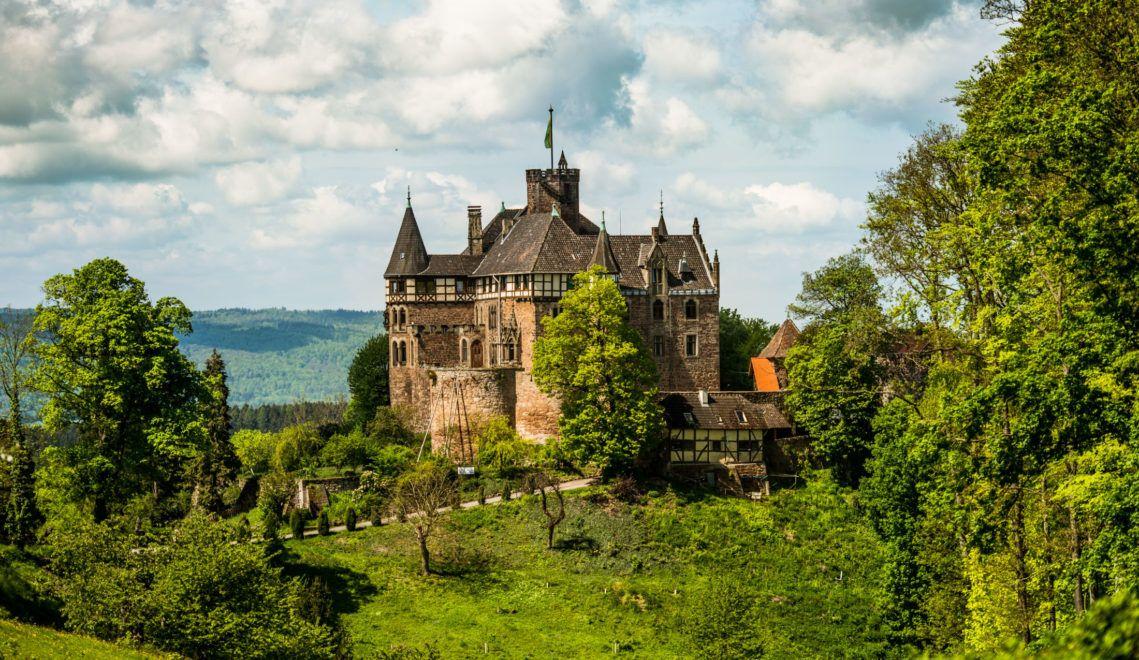 Schloss Berlepsch thront auf einem Felssporn hoch über dem Werratal
