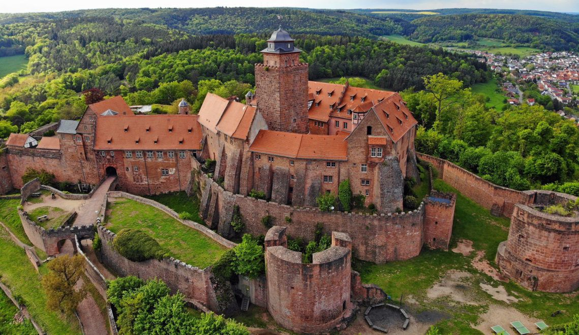 Vom Bergfried der Burg Breuberg aus, hat man einen weiten Ausblick über den Odenwald