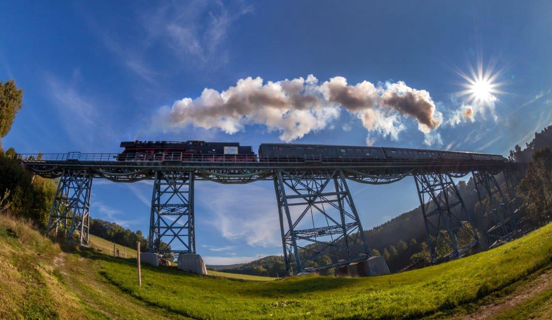 Alte Dampflok in Aktion – die Erzgebirgischen Aussichtsbahn auf dem Viadukt in Markersbach