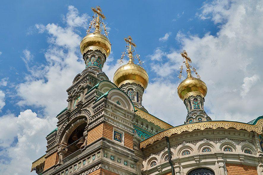 Sie ist das Wahrzeichen der Darmstädter Mathildenhöhe: Die russische Kapelle mit ihren drei goldenen Zwiebeltürmchen