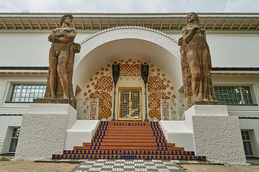 Imposant und mit vielen Ornamenten gestaltet ist der Eingang des Ernst-Ludwig-Hauses auf der Mathildenhöhe
