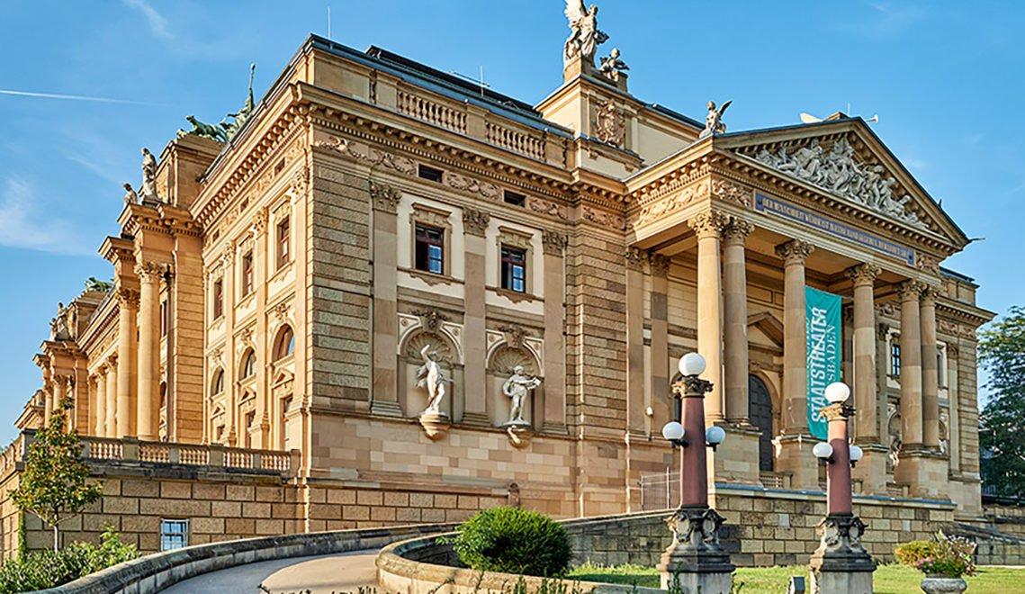 Im Hessischen Staatstheater Wiesbaden werden Stücke aus den Bereichen Oper, Ballett, Schauspiel, Junges Staatstheater und Konzerte aufgeführt