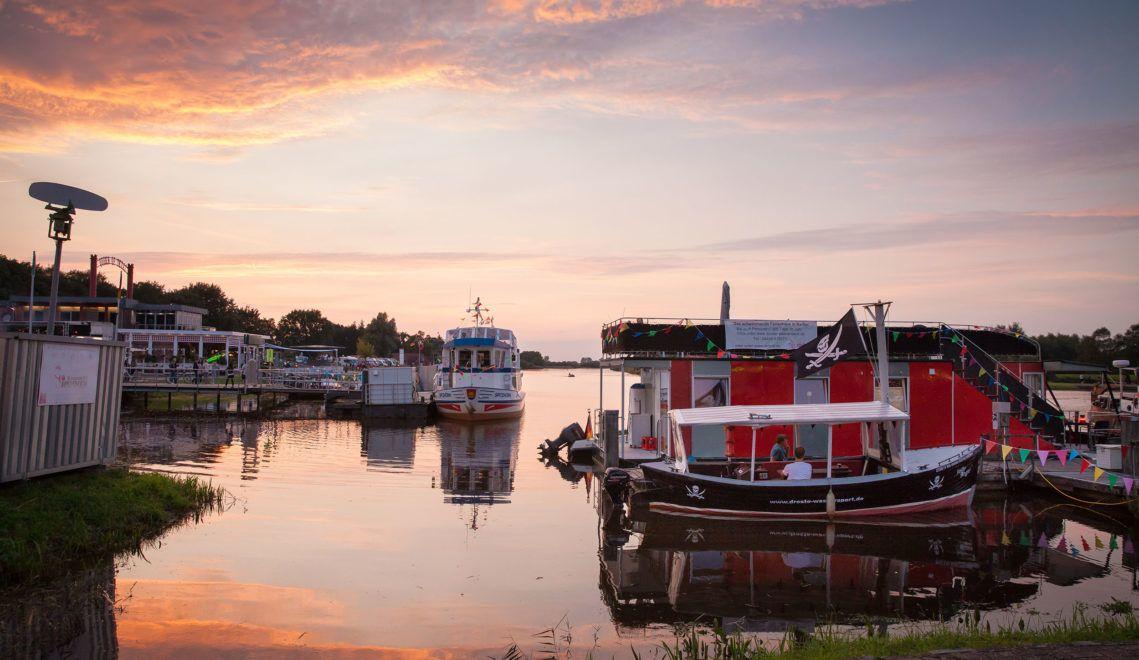 Ob mit dem eigenen Boot oder einem Miethausboot: Im Hafen von Barßel im Norden des Oldenburger Münsterlands legt man gerne an