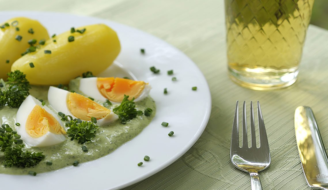 Es ist das perfekte Sommergericht und besteht (theoretisch) nur aus drei Komponenten. Kalte Frankfurter Grüne Soße, hartgekochte Eier und warme Kartoffeln. Dazu sollte man unbedingt ein Glas kalten Ebbelwoi trinken