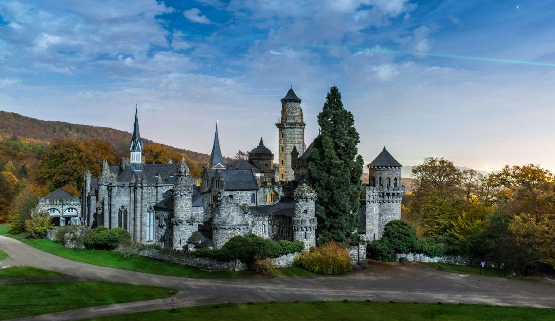 Von außen eine mittelalterliche Burg, innen ein barockes Landschloss: Ein Besuch in der Löwenburg in Kassel gleicht einer Zeitreise