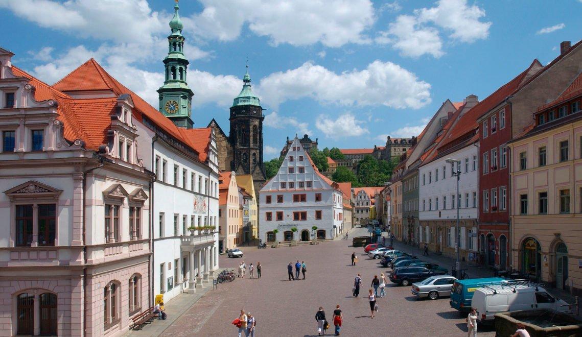 Festung Sonnenstein, die evangelischen Stadtkirche St. Marien und das Canalettohaus – um den Marktplatz von Pirna gruppieren sich einige der wichtigsten Sehenswürdigkeiten der Stadt