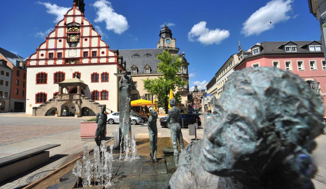 Schmuckstück Plauens und zugleich Wahrzeichen der Stadt – das Alte Rathaus mit seinem markanten Renaissancegiebel von 1548