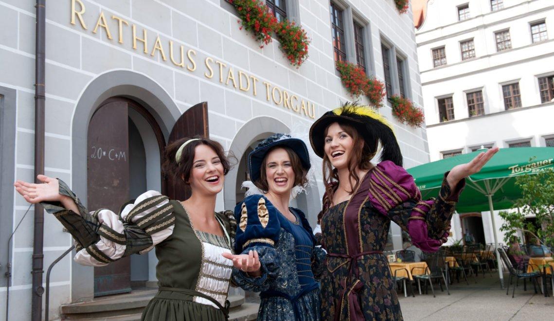 Gut gelauntes Trio – die Stadtführerinnen in Torgau