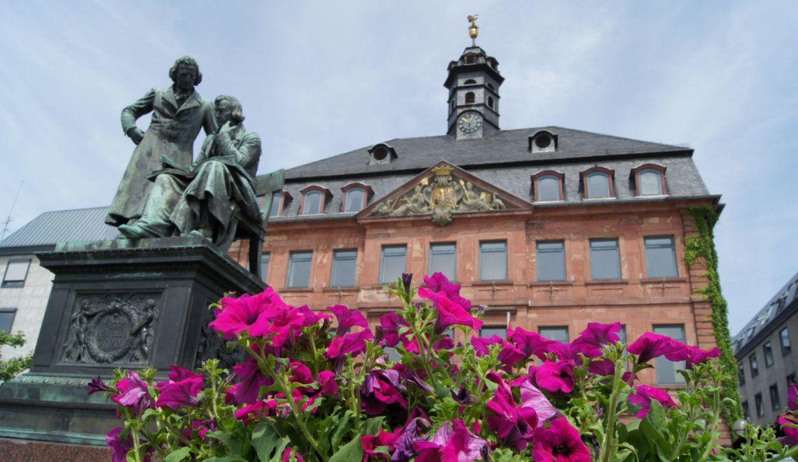 Das Brüder-Grimm-Nationaldenkmal steht mitten auf dem Hanauer Marktplatz, direkt vor dem historischen Rathaus