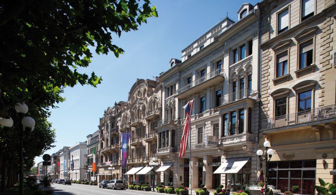 In der Wilhelmstraße in Wiesbaden findet man besonders prächtige, alte Gebäude