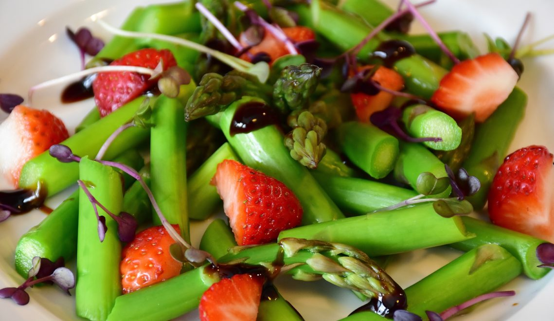 Das leckere Gemüse kann auch als Salat serviert werden – gemeinsam mit Erdbeeren zum Beispiel, einer weiteren Spezialität der Region